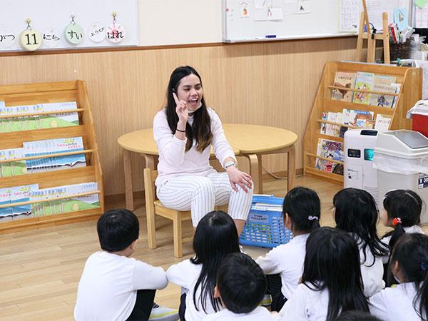 日本の伝統を大切にしながら、 外国人の先生にも親しみ、真の国際人を育てる